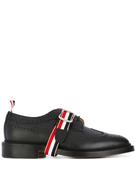 حذاء Thom Browne الكلاسيكي ذو الأجنحة الطويلة بطوق Winggip مع حزام Grosgrain